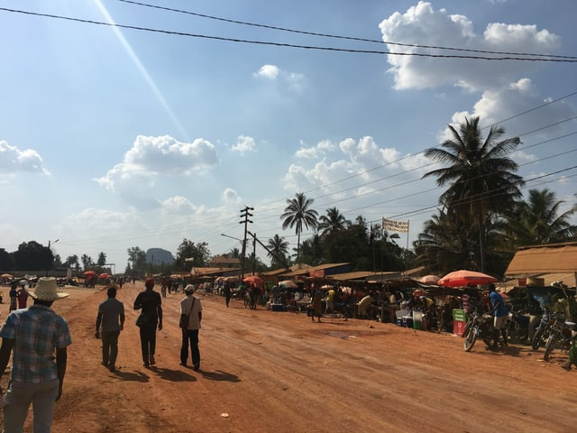 Markt an einer ungeteerten Hauptstrasse
