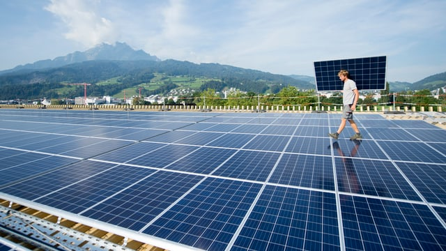 Montascha d'implants solars sin il tetg da la Swissporarena a Lucerna.