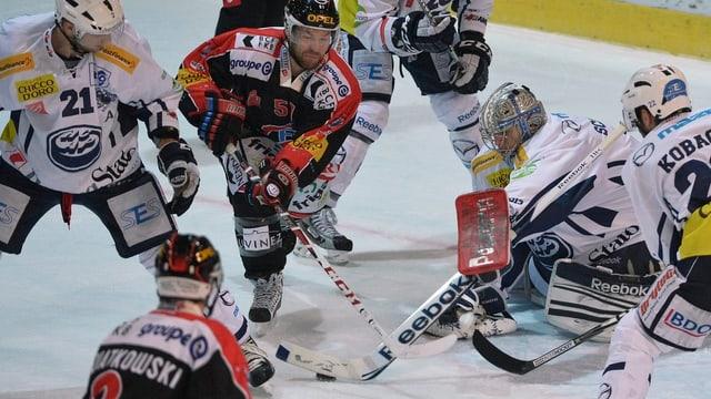 Der Fribourger David Desharnais beschäftigt die Ambri-Defensive.