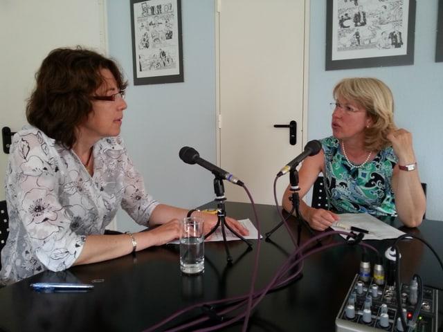 Journalistin Susanne Brunner (l.) im Gespräch mit Jacqueline de Quattro.