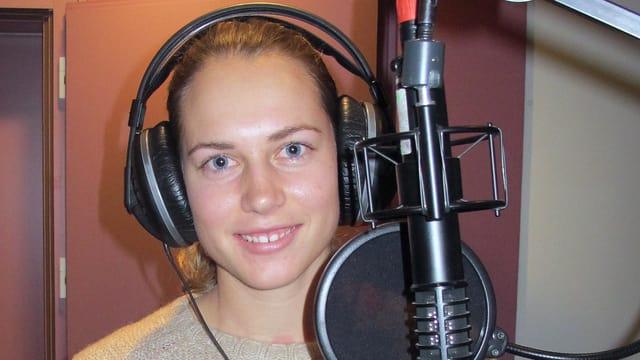 Portrait von Stefanie Vögele mit Kopfhörer vor dem Mikrofon im Radiostudio Aarau.