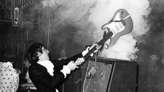 Pete Townshend schlägt Gitarre auf Verstärker