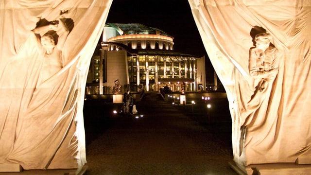 Das Nationaltheater, aufgenommen durch den Durchgang einer Marmor-Skulptur.