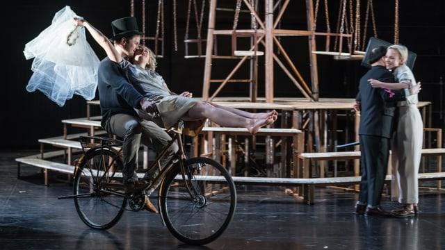 Romeo (Jakob Leo Stark) und Julia (Sofia Elena Borsani) feiern ihre heimliche Hochzeit ausgelassen.