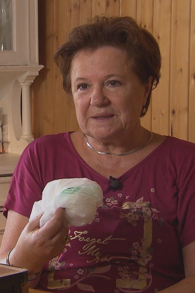 Frau hält Säckchen in der Hand.