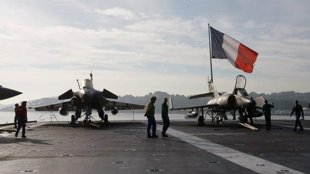 "Aviuns da cumbat franzos sin il porta-aviuns ""Charles de Gaulle""."