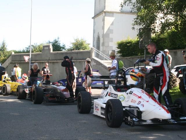 Diverse Fahrer warten auf den Start