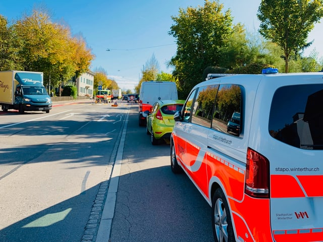 Strassensperre der Polizei in Winterthur nach einem Autodiebstahl.
