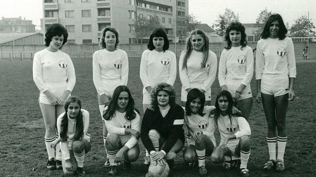 Gruppenfoto einer der ersten Frauen-Fussballmannschaften in Zürich.