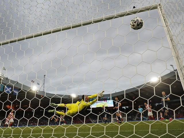 Ein Ball fliegt ins Netz.