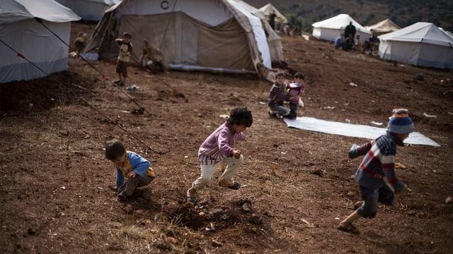 Kinder rennen in einem Flüchtlingscamp in Syrien.