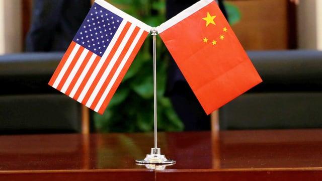 Fahnen von USA und China