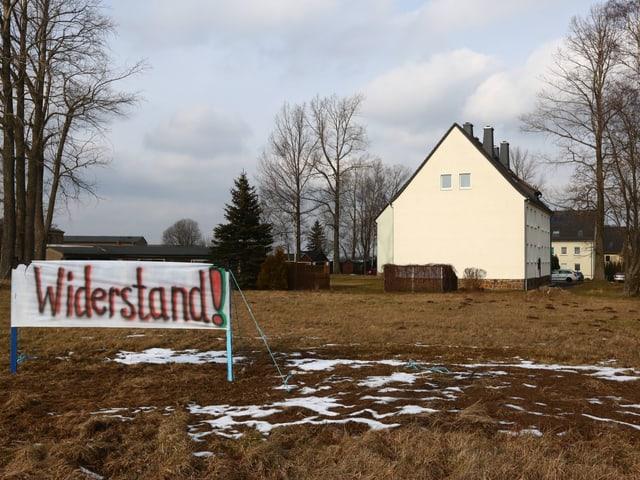Ein Schild mit der Aufschrift «Widerstand» vor einem Haus in Clausnitz.