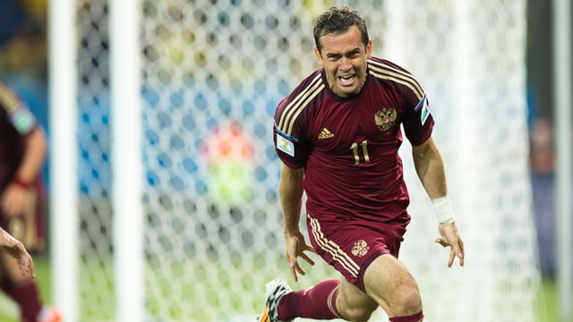 Der russische Fussballspieler Kerschakow jubelt.