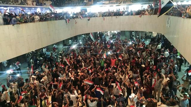 Demonstrants en il parlament iracais.