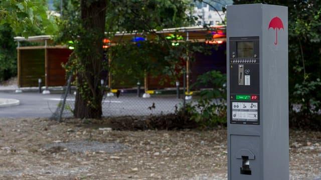 Im Hintergrund sind Boxen für Autos und im Vordergrund ein Ticketautomat Sexarbeiterinnen