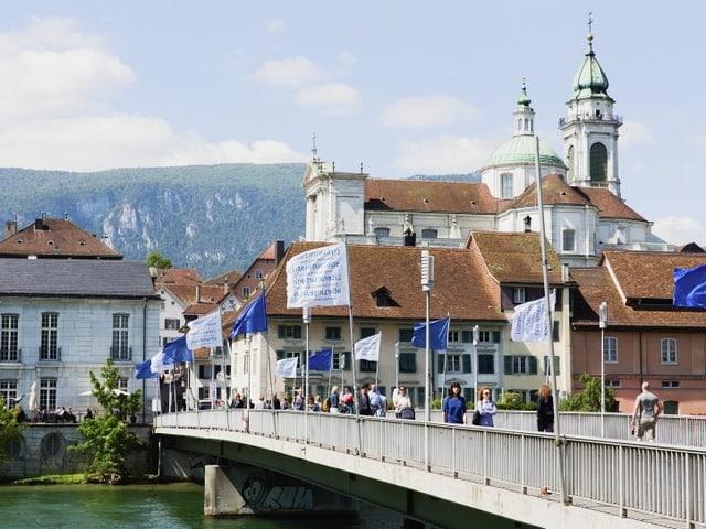 Impression der Solothurner Literaturtage: Brücke mit Fahnen.