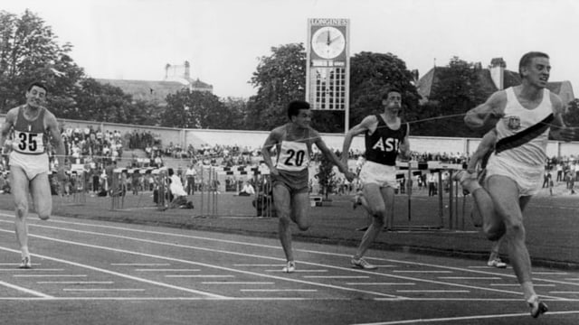 Armin Hary läuft mit grossem Vorsprung auf die Konkurrenz über die Ziellinie