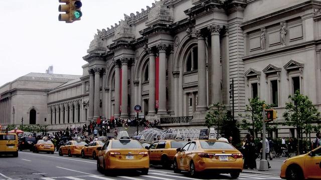 Gelbe Taxis reihen sich vor dem MET auf.