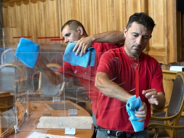 Arbeiter putzen Scheiben