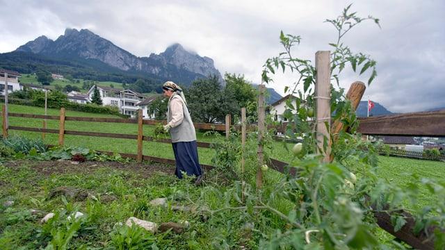 Eine Frau arbeitet auf einem Feld.