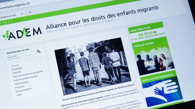 Der Screen eines Tablets, auf dem die Webste www.enfants-migrants.ch aufgrufen wurde.