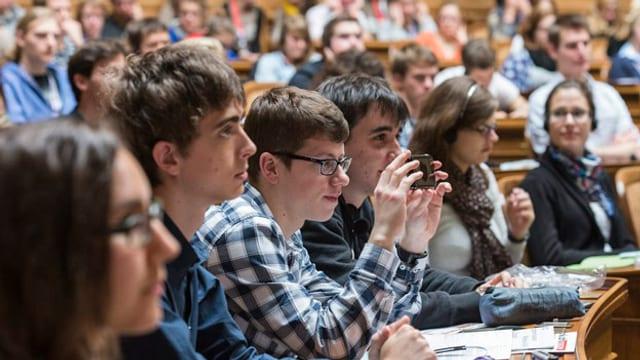 Jugendliche während einer Jugendsession im Bundeshaus in Bern