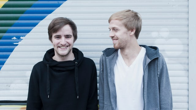 Mats Schönauer (links) steht neben Moritz Tschermak. Zwei junge Männer in T-Shirt und Kaputzenpuli. Sie führen den Blog topfvollgold.de
