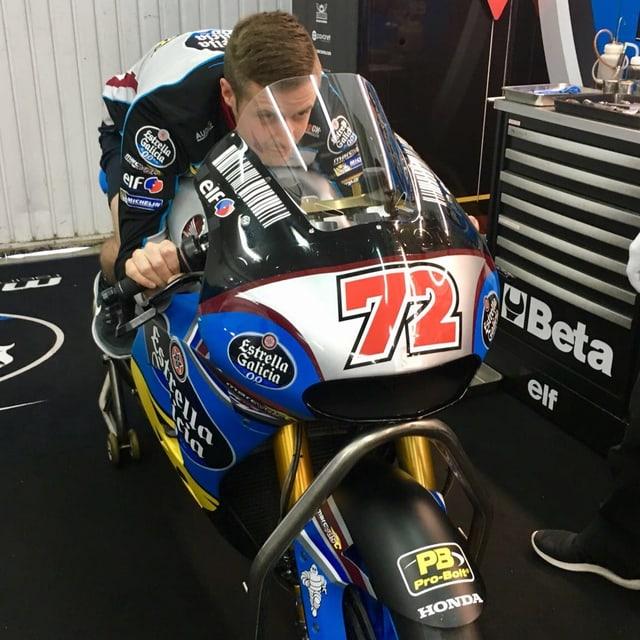 Tom Lüthi mit seiner neuen Maschine.