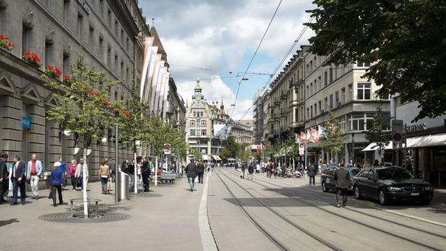 Die neu renovierte Zürcher Bahnhofstrasse mit neu gepflanten Linden.