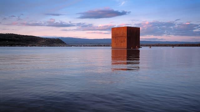 Jean Nouvels Monolith auf der Arteplage der Expo.02 in Murten/Morat, aufgenommen im Oktober 2002.