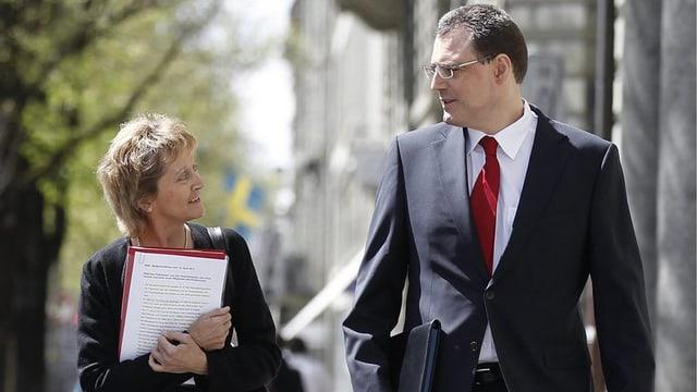 Finanzministerin Widmer-Schlumpf und Nationalbankpräsident Jordan laufend