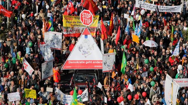 Blick auf Demonstranten gegen das TTIP in Berlin