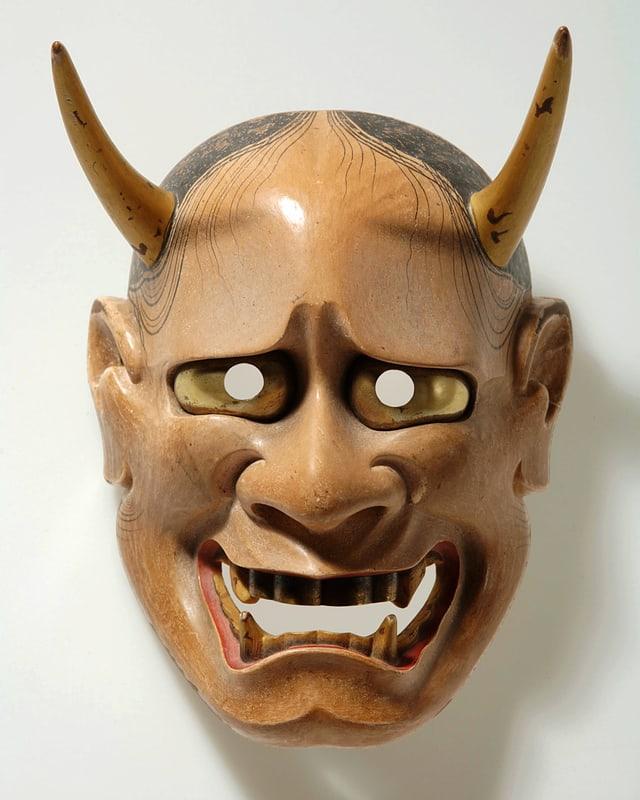 Holzmaske eines Dämons mit Hörnern