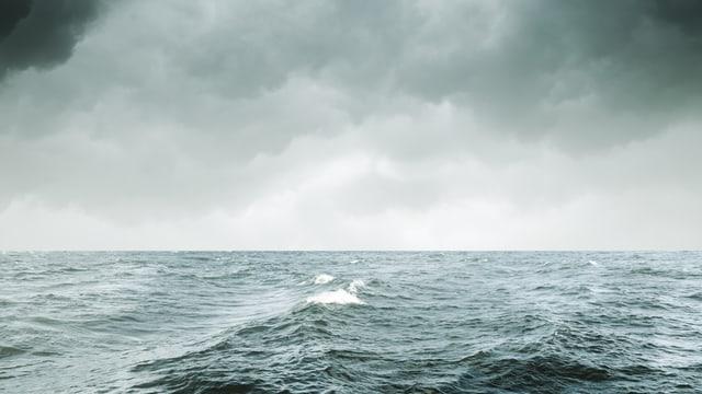 Ozean mit aufziehendem Gewitter.