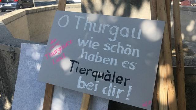 Tafel mit Aufschrift: «O Thurgau, wie schön haben es Tierquäler bei Dir»