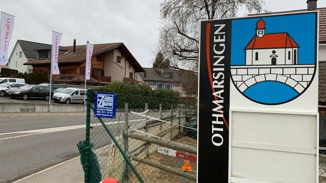 Eine Begrüssungstafel bei der Einfahrt nach Othmarsingen.