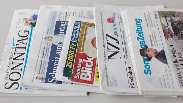 Eine Auswahl an Sonntagszeitungen aus der Schweiz.