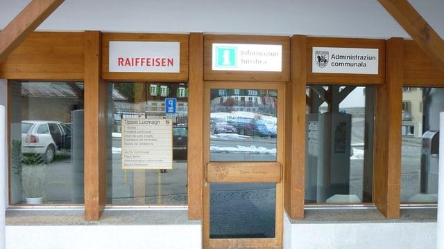 Vista da l'entrada da la filiala da la Banca Raiffeisen Cadi a Curaglia.