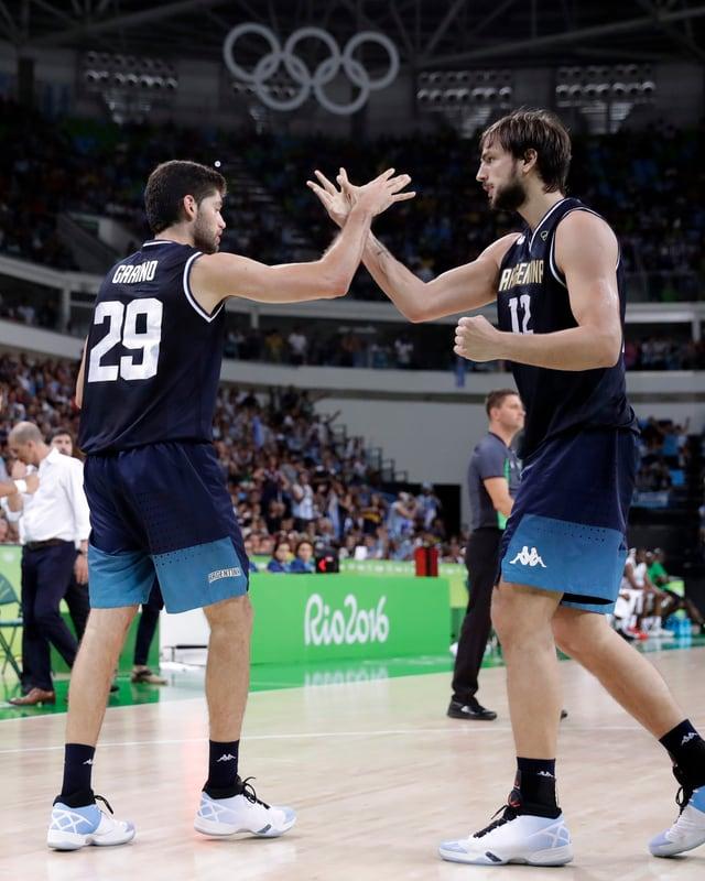 Aufwärmen: Die Argentinier Patricio Garino und Marcos Delia kurz vor ihrem Einsatz bei Schere-Stein-Papier-10-Kampf.