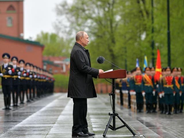 Vladimir Putin vor der Ehrengarde.
