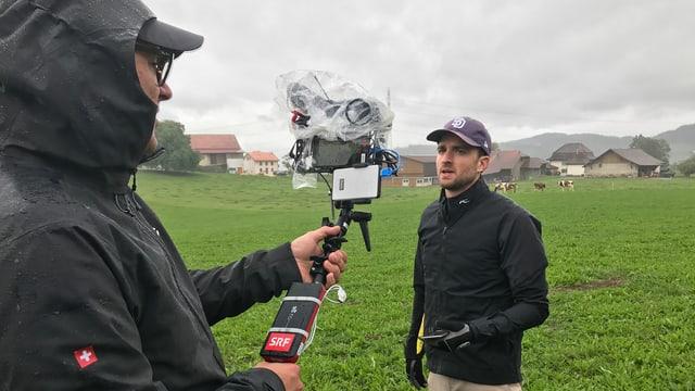 Kameras und Team sind dick eingepackt, der Regen kann uns also nichts ausmachen!