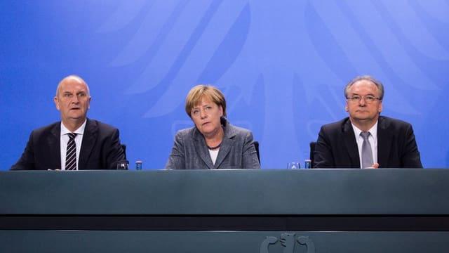 Dietmar Woidke, Angela Merkel e Reiner Haseloff durant la conferenza da medias.