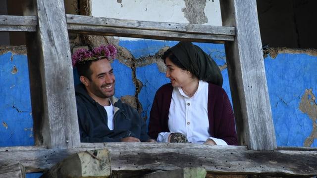 Ein Mann und eine Frau auf einem Balkon.