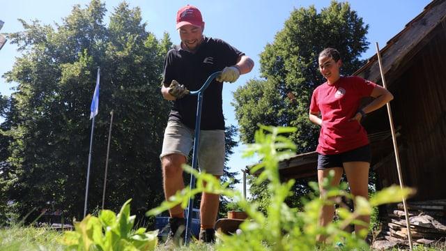 Joshua sticht Löcher in den Rasen