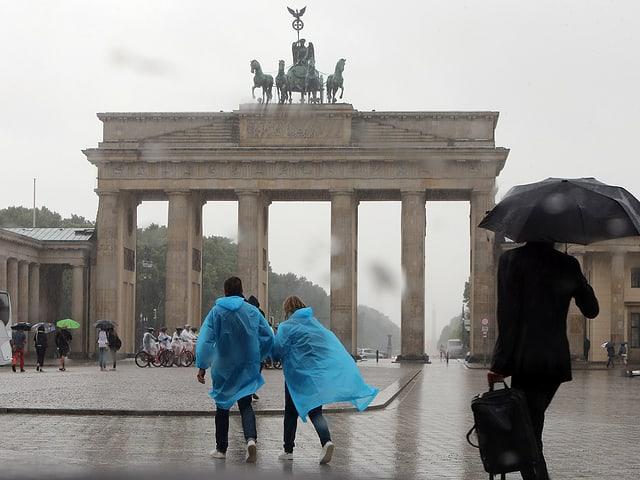 Brandenburger Tor, Menschen mit Regenschutz.