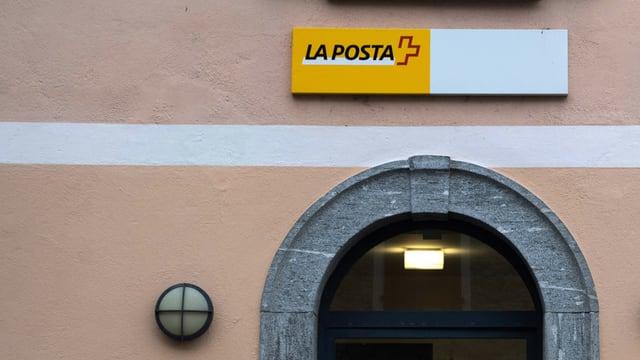 In logo da La Posta sur l'isch d'entrada d'ina filiala da La Posta.