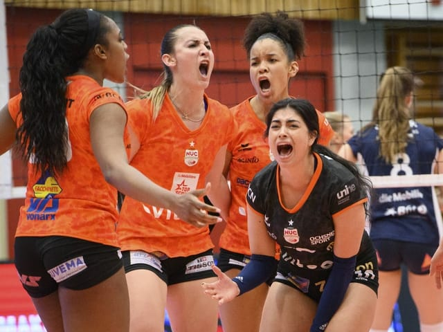 Volleyballerinnen schreien ihre Freude heraus.