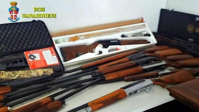Mehrerer Gewehre liegen auf einem Tisch