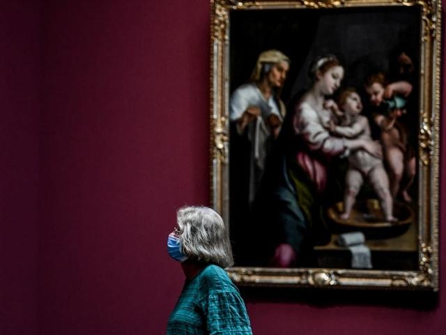 Frau mit Maske in Museum
